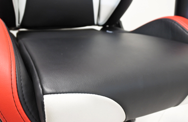 柔らかな質感とワイドタイプのゆったりとした座り心地